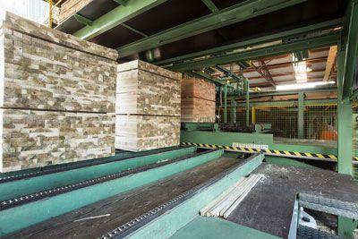 Guide profilate nel sistema di impilamento automatico del legno nella segheria De Vree