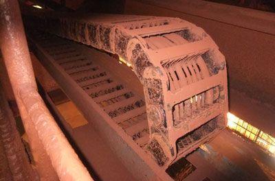 Los sistemas de cadena de energía desafían el polvo y la suciedad en la producción de alúmina.
